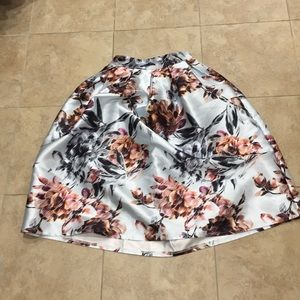 Pleated midi skirt with large flower designs